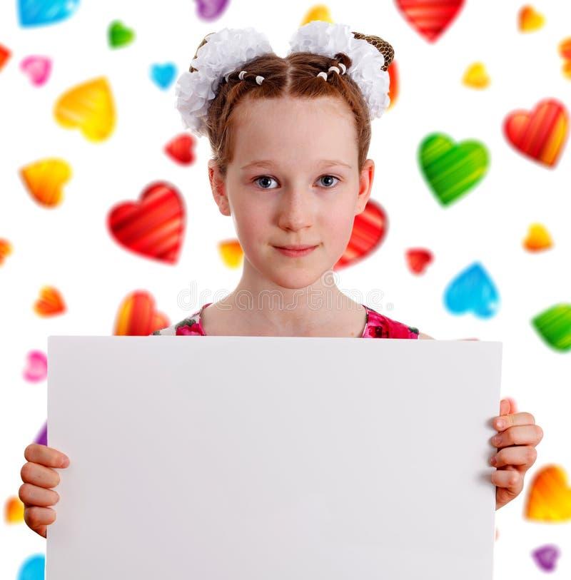 Menina bonito consideravelmente nova da criança que guarda a placa vazia vazia imagem de stock