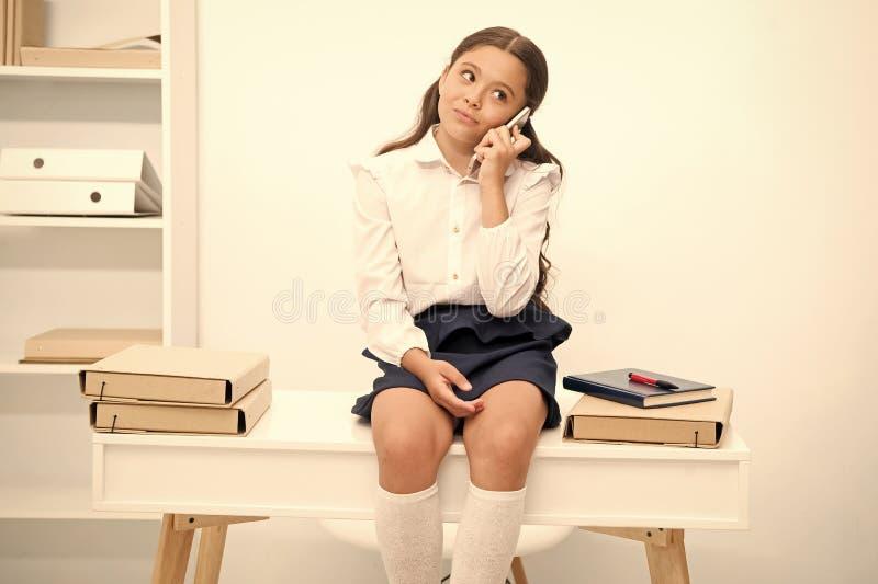 Menina bonito da bisbolhetice Conversa da crian?a com amigos A cara de sorriso da estudante discute bisbolhetices frescas com os  fotos de stock royalty free