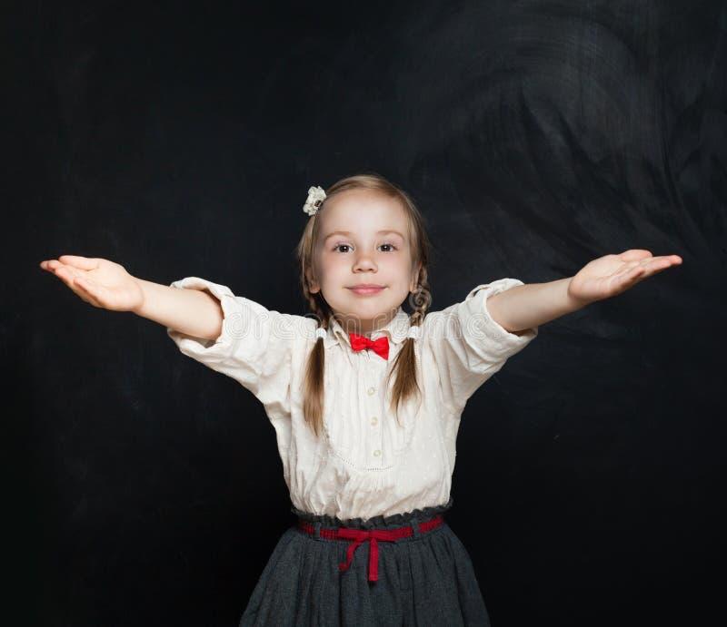Menina bonito da criança com mãos acima embrace menina 5 anos velha imagem de stock