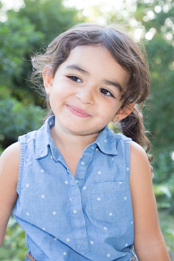 Menina bonito da criança do retrato fora imagens de stock
