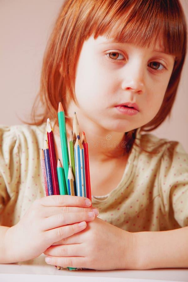 Menina bonito da criança pequena com lápis coloridos Arte, criativa, talento, educa??o, conceito feliz da inf?ncia fotografia de stock royalty free