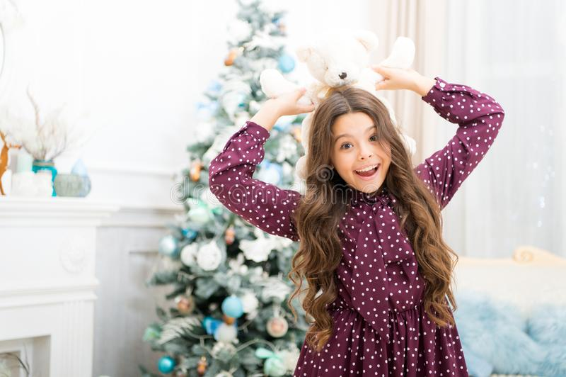 Menina bonito da criança pequena com presente do xmas a menina feliz comemora o feriado de inverno Tempo do Natal Para Santa feli foto de stock