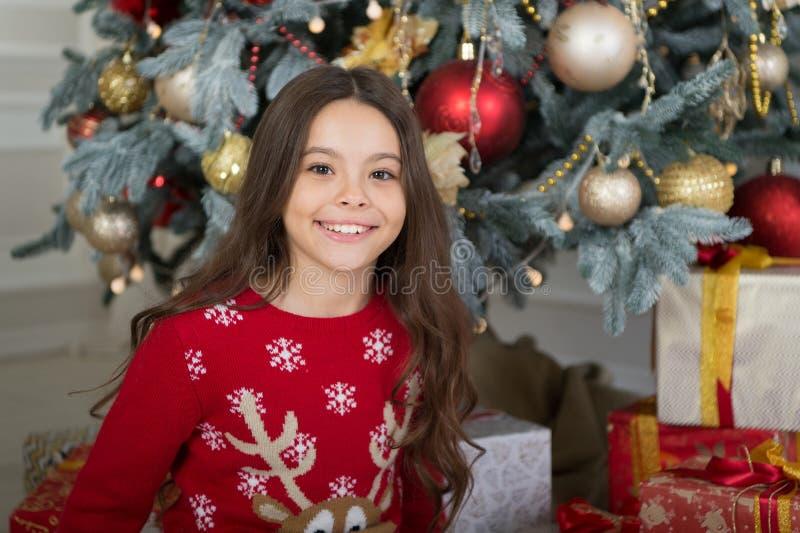 Menina bonito da criança pequena com presente do xmas A manhã antes do Xmas Ano novo feliz Compra do Natal, idéia para seu projet imagens de stock royalty free