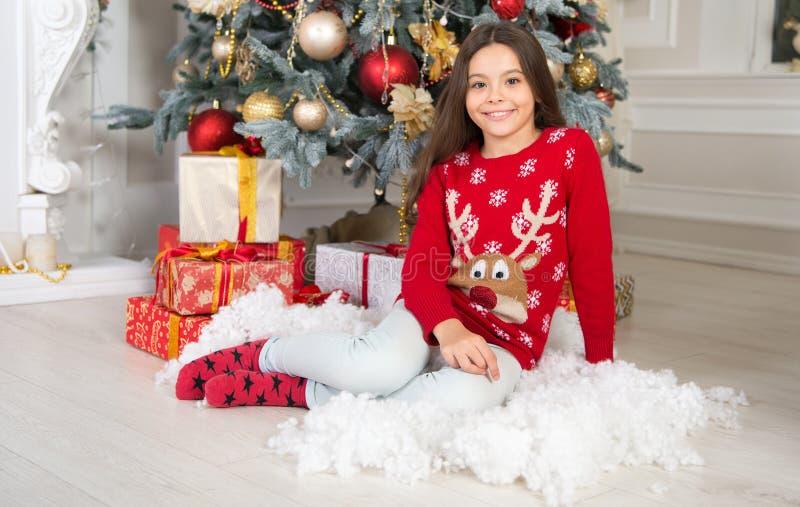 Menina bonito da criança pequena com presente do xmas A manhã antes do Xmas Ano novo feliz Compra do Natal, idéia para seu projet imagens de stock