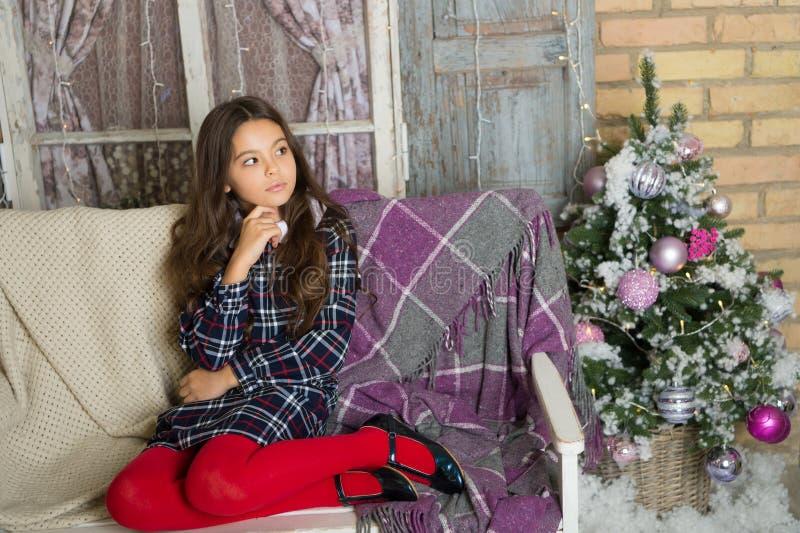 Menina bonito da criança pequena com presente do xmas A manhã antes do Xmas Feriado da família do Natal Ano novo feliz Natal foto de stock