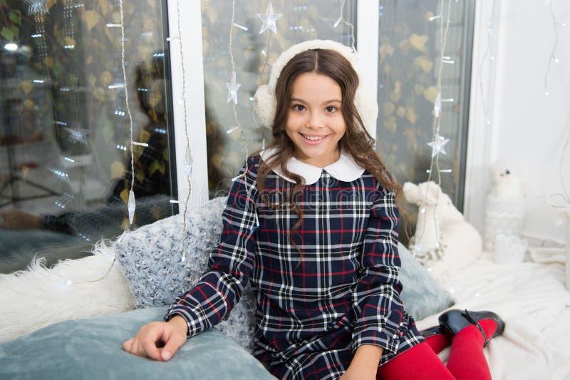 Menina bonito da criança pequena com presente do xmas A manhã antes do Xmas Feriado da família do Natal Ano novo feliz Natal foto de stock royalty free