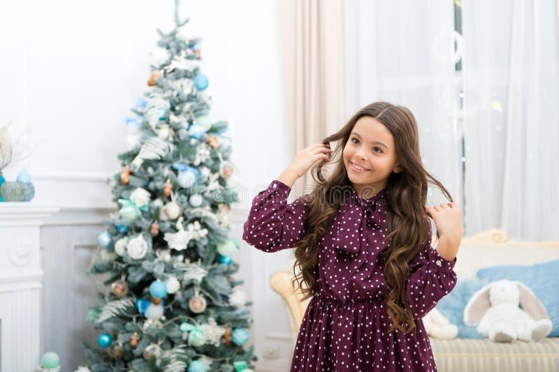 Menina bonito da criança pequena com presente do xmas A manhã antes do Xmas Feriado da família do Natal Ano novo feliz Natal fotos de stock