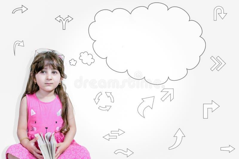 A menina bonito da criança pequena do close up no vestido cor-de-rosa que pensa com um pensamento borbulha foto de stock royalty free