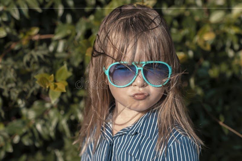 Menina bonito da criança que faz a cara imagens de stock royalty free
