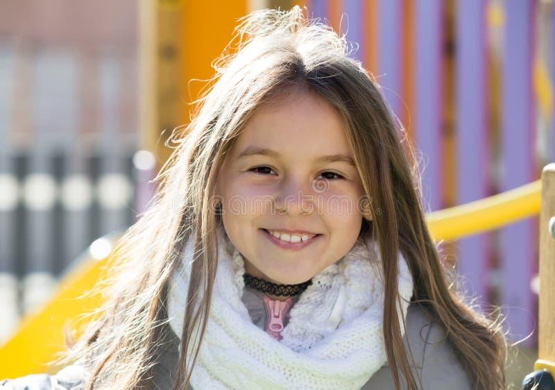 Menina bonito da idade do preteen no dia ensolarado imagens de stock royalty free