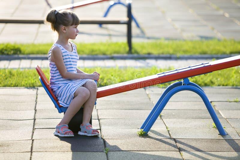Menina bonito da jovem criança fora no balanço do balanço no dia de verão ensolarado imagem de stock royalty free