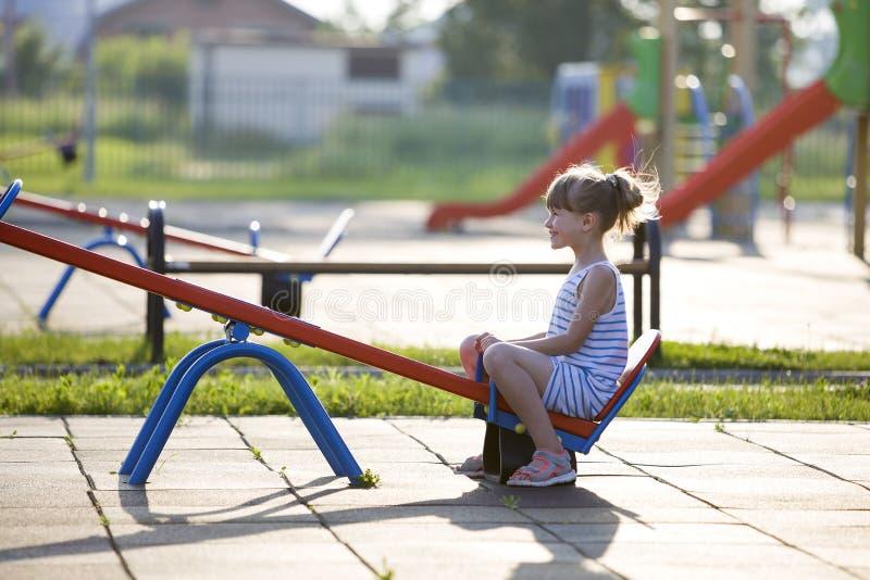 Menina bonito da jovem criança fora no balanço do balanço no dia de verão ensolarado fotos de stock royalty free
