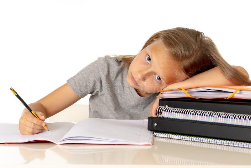 A menina bonito de Yong cansado e triste com aprende o problema no conceito da educação imagem de stock