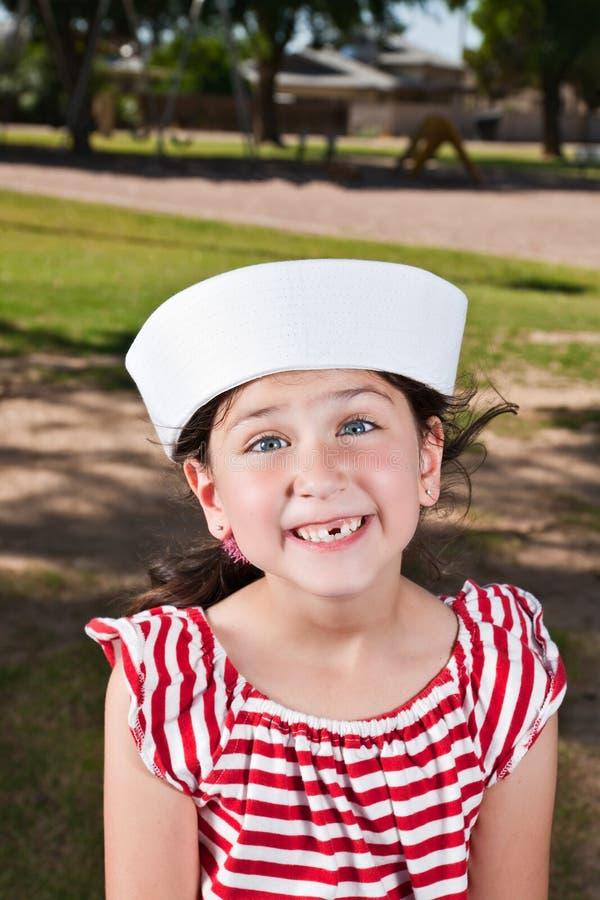 Menina bonito do litte no chapéu do marinheiro fotos de stock royalty free