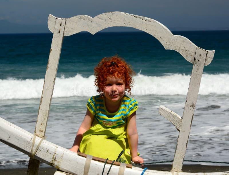 Menina bonito do ruivo na praia de Bali imagens de stock