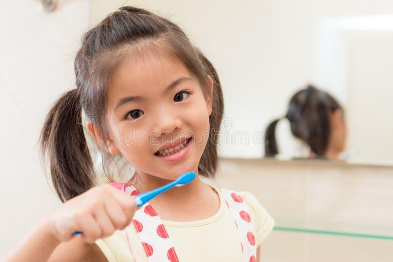 Menina bonito doce das crianças pequenas no banheiro imagem de stock
