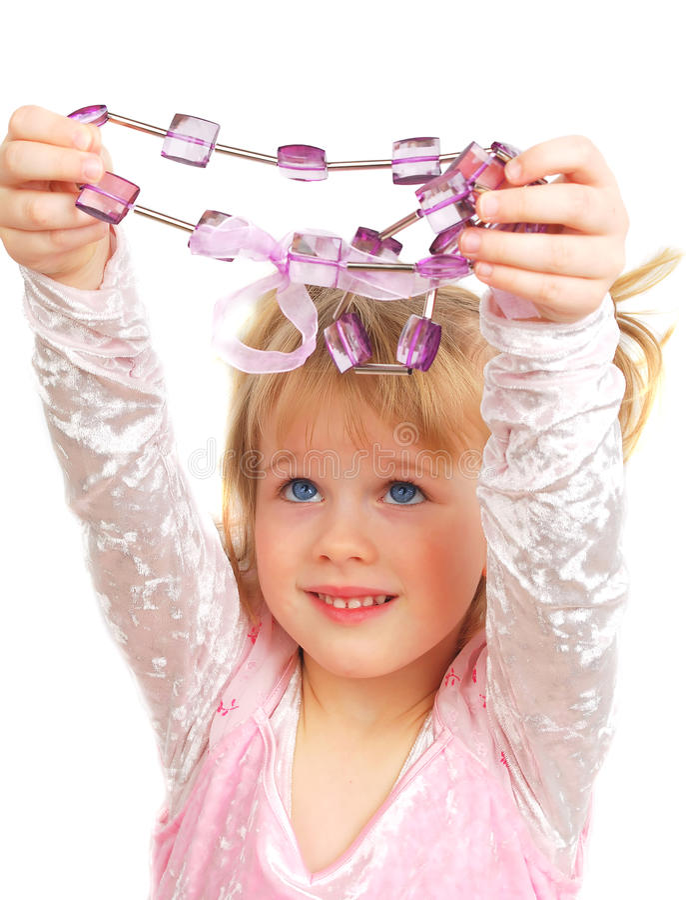Menina bonito e grânulos violetas fotos de stock