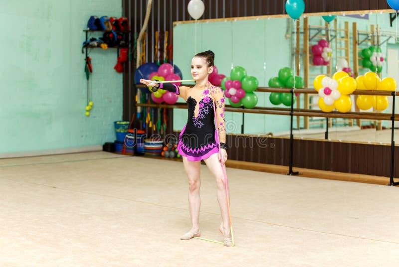 Menina bonito em competições da ginástica da arte foto de stock royalty free