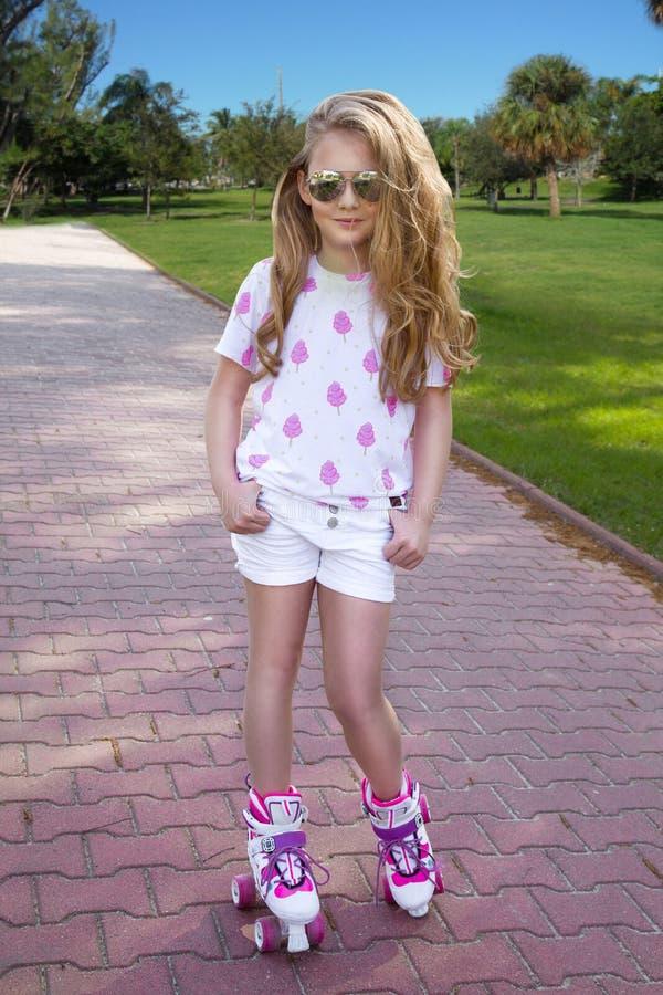 Menina bonito em patins de rolo imagem de stock royalty free