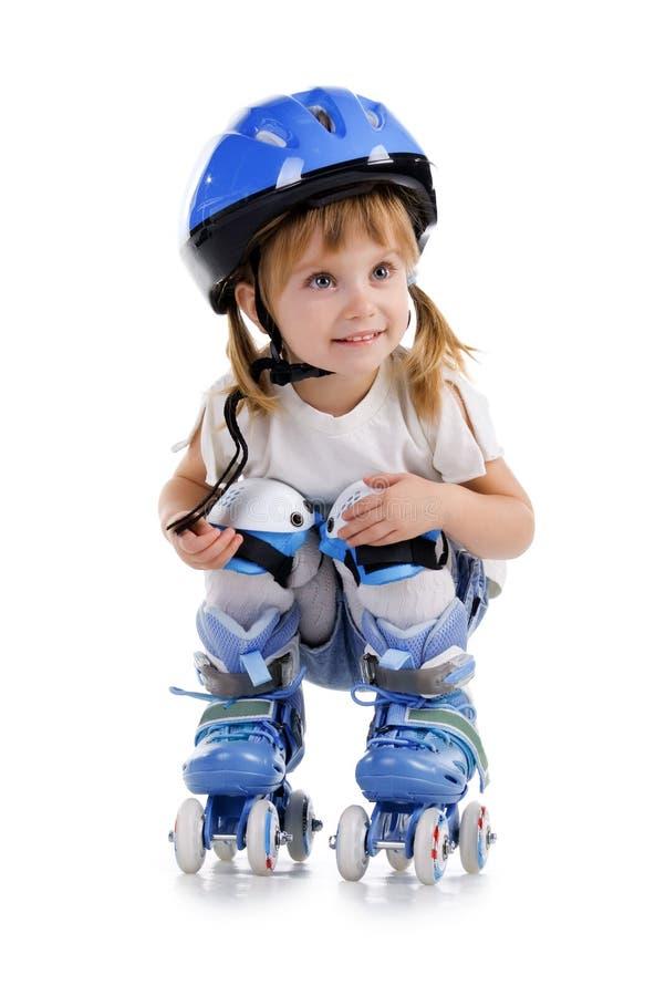 Menina bonito em patins de rolo foto de stock