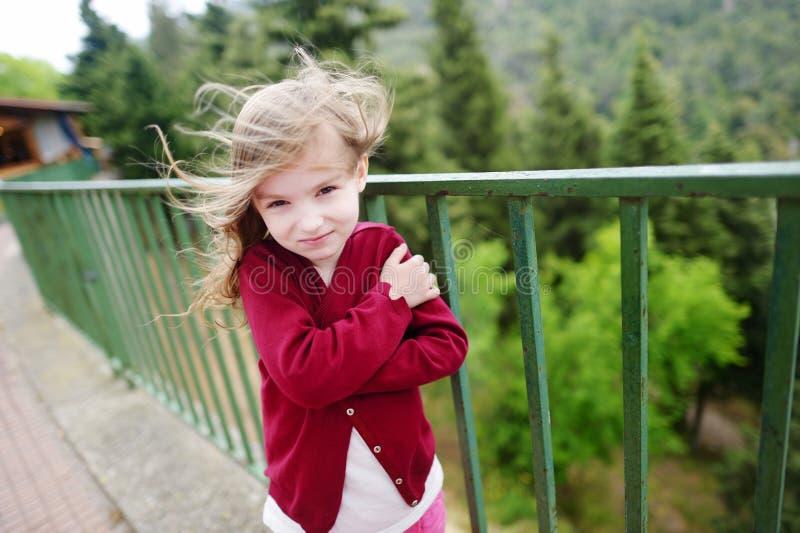 Menina bonito em um dia muito ventoso imagem de stock royalty free