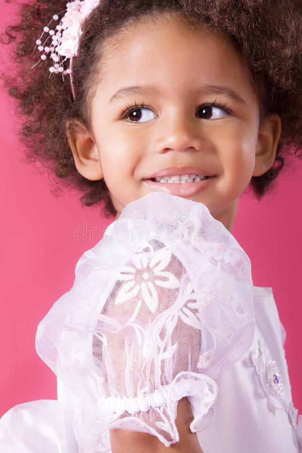 Menina bonito em um vestido branco foto de stock royalty free