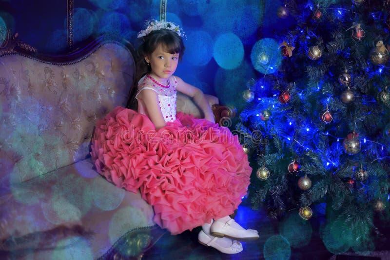 Menina bonito em um vestido branco imagens de stock royalty free