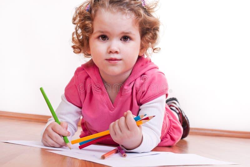 A menina bonito está desenhando imagens de stock
