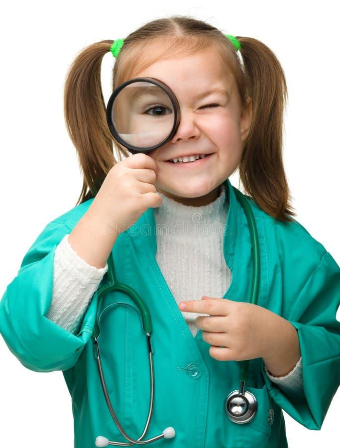 A menina bonito está jogando o doutor fotografia de stock