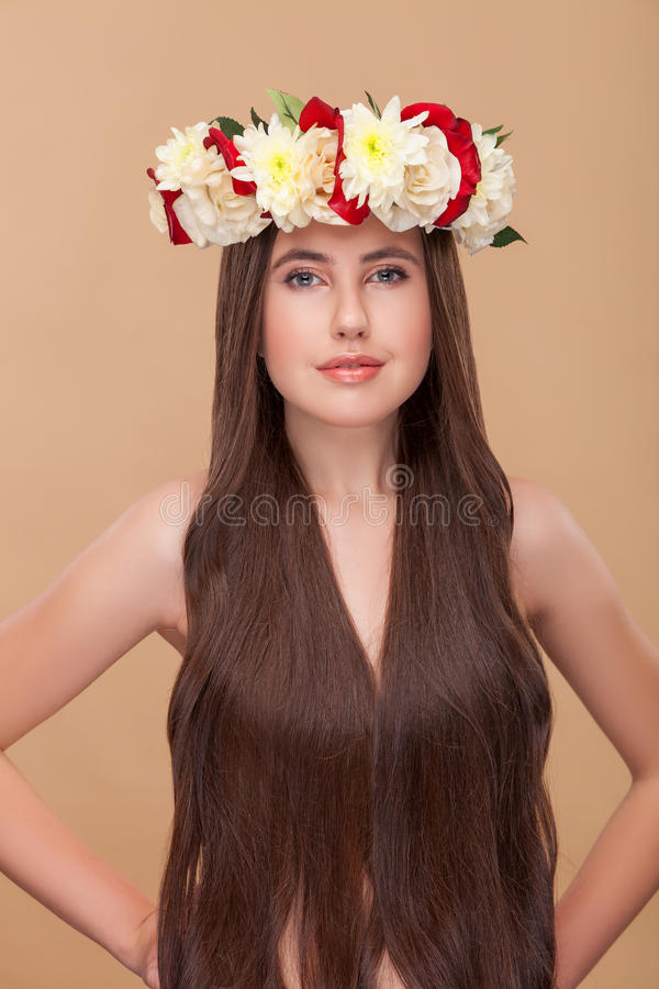 A menina bonito está mostrando seu penteado bonito fotografia de stock royalty free