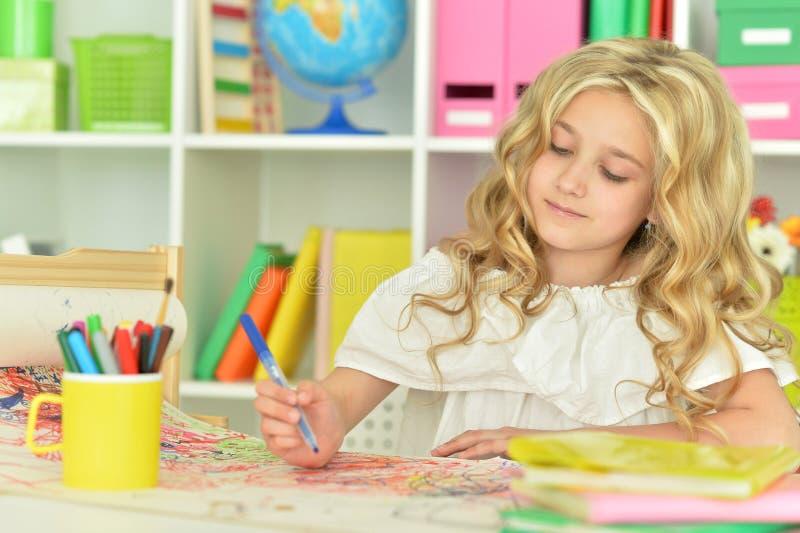 A menina bonito faz lições fotografia de stock royalty free