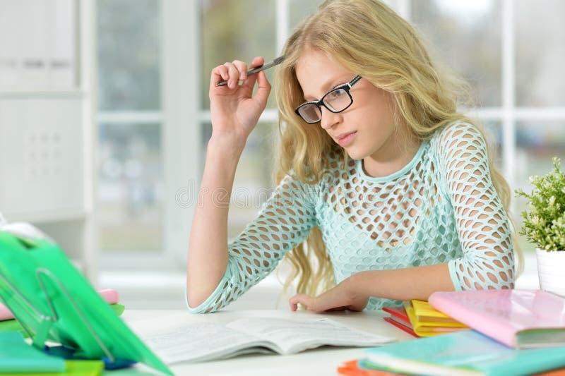 A menina bonito faz lições imagens de stock royalty free