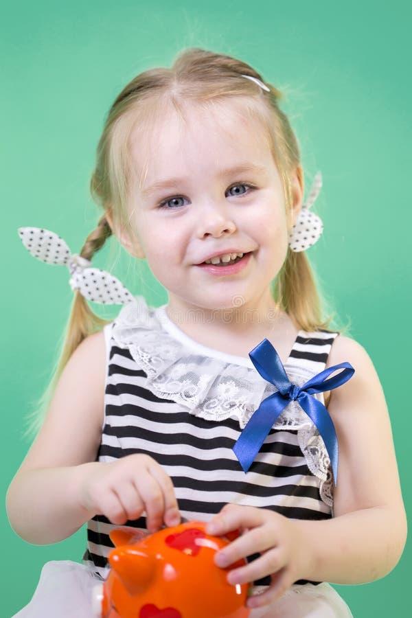Menina bonito feliz com mealheiro imagem de stock royalty free