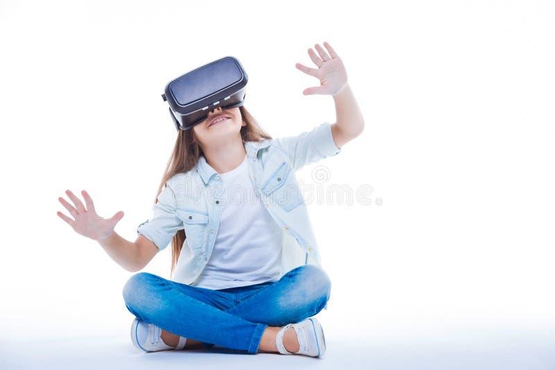 Menina bonito feliz que aprecia a realidade 3d fotos de stock