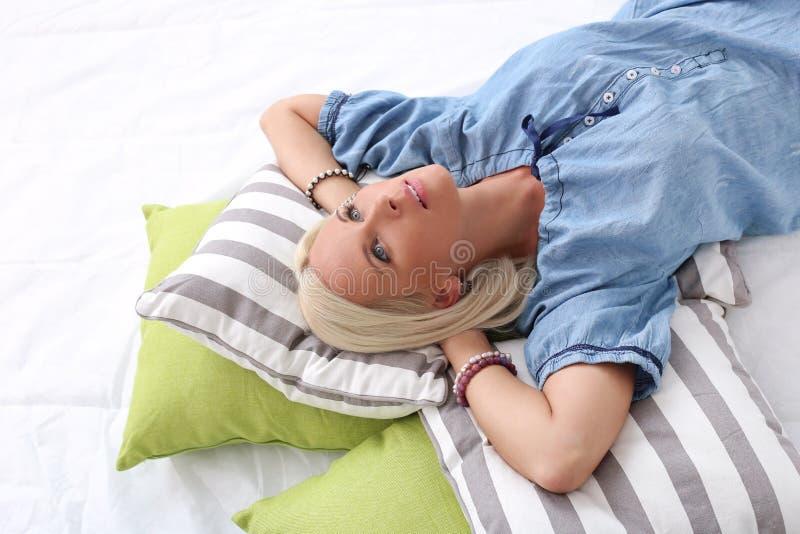 Menina bonito, loura com olhos azuis fotos de stock royalty free