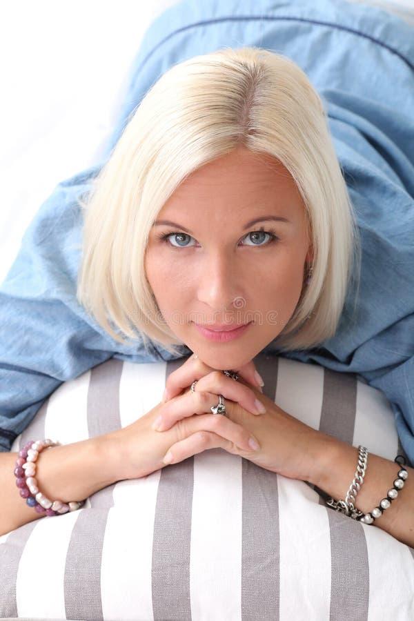 Menina bonito, loura com olhos azuis imagem de stock royalty free