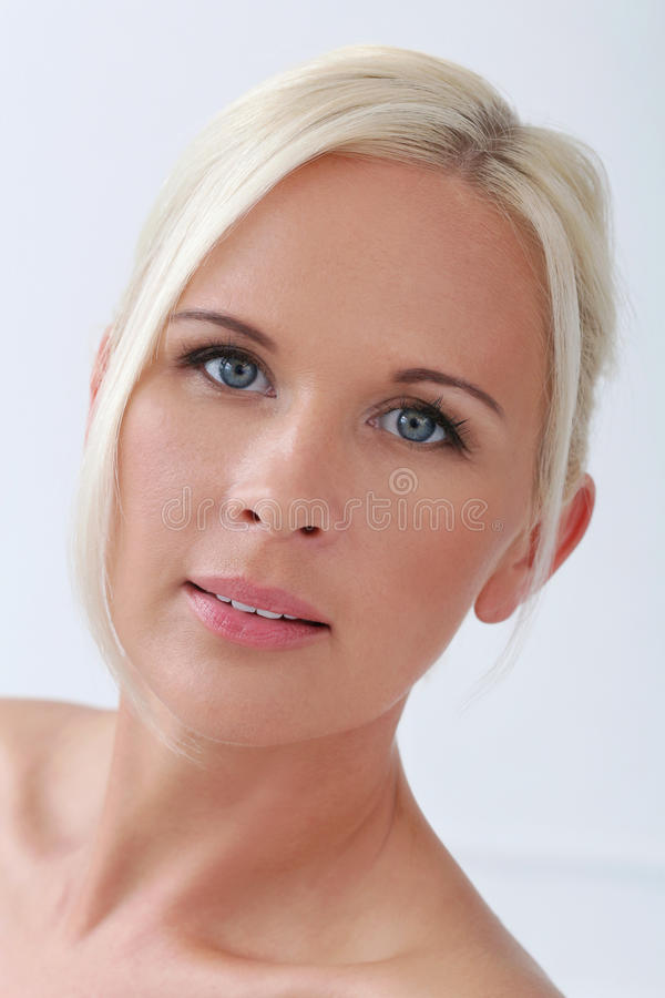 Menina bonito, loura com olhos azuis imagens de stock royalty free