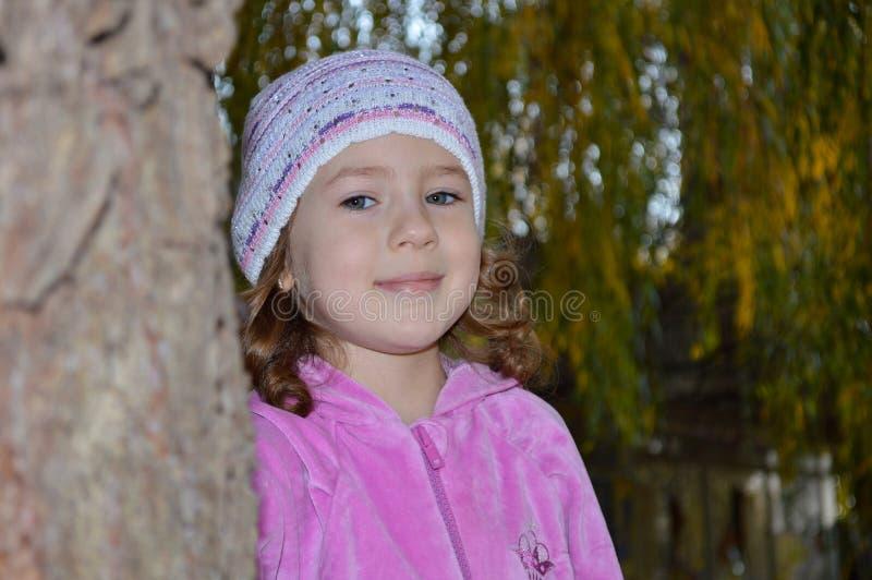 Menina bonito mesma em uma blusa cor-de-rosa fotos de stock royalty free