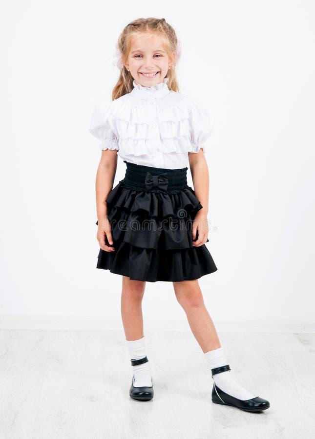 Menina bonito na farda da escola foto de stock royalty free
