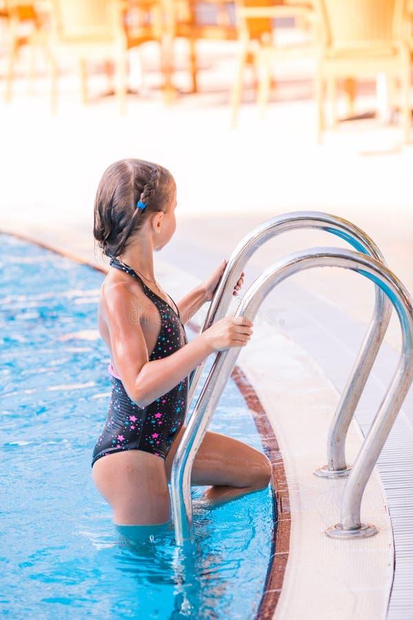 Menina bonito na piscina imagens de stock