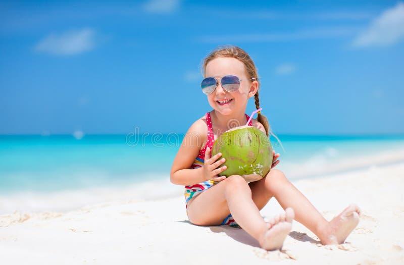 Menina bonito na praia fotografia de stock royalty free