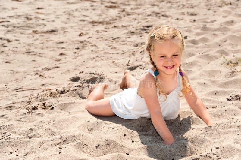 Menina bonito na praia do th imagem de stock