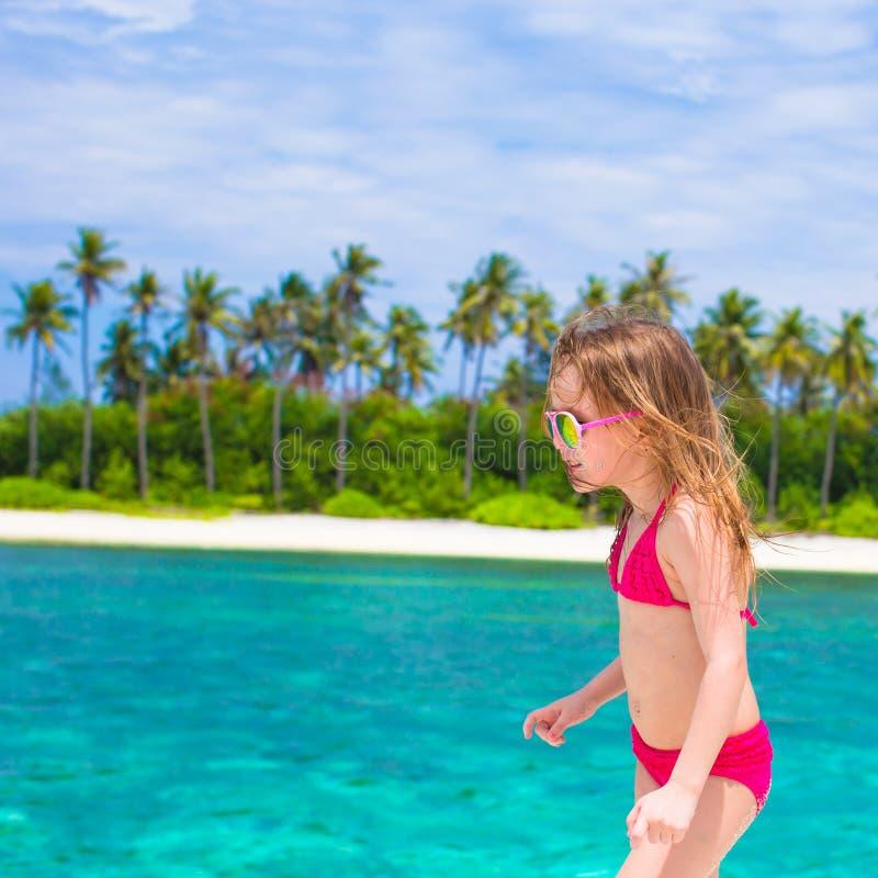 Menina bonito na praia durante férias de verão imagem de stock royalty free