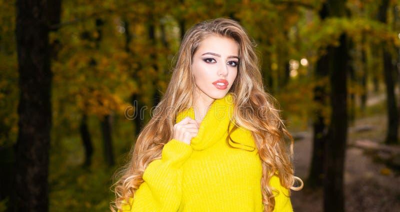 Menina bonito no bom humor que levanta no dia do outono Jovem mulher bonita com a folha vermelho-amarela brilhante Retrato exteri foto de stock