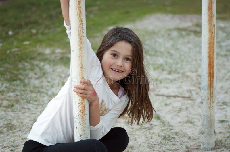 Menina bonito no campo de jogos foto de stock royalty free