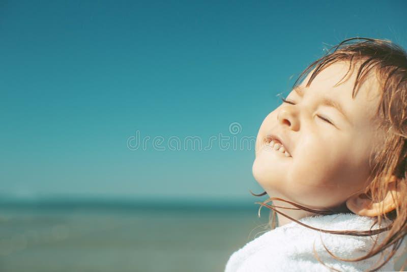 Menina bonito no litoral com os olhos fechados do prazer imagem de stock royalty free