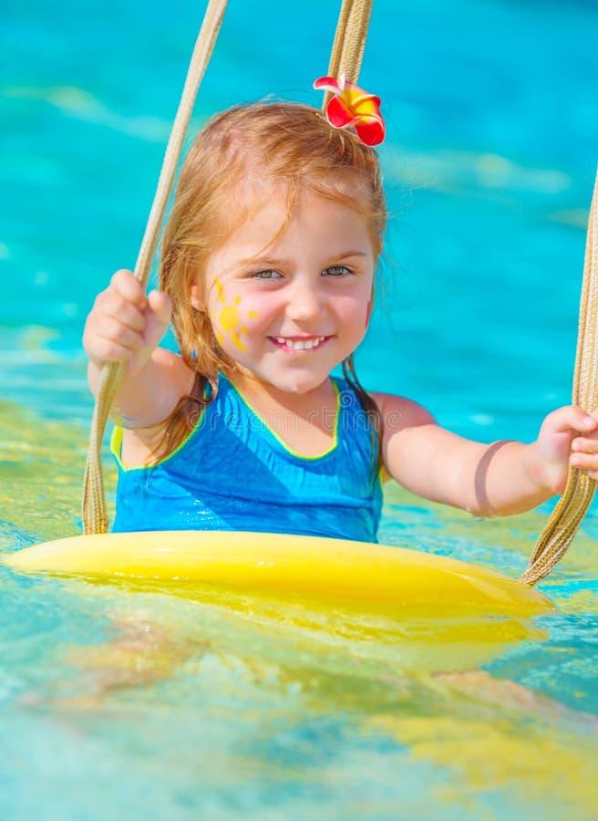 Menina bonito no parque da água fotos de stock