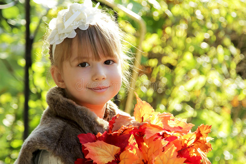 Menina bonito no parque do outono imagens de stock royalty free