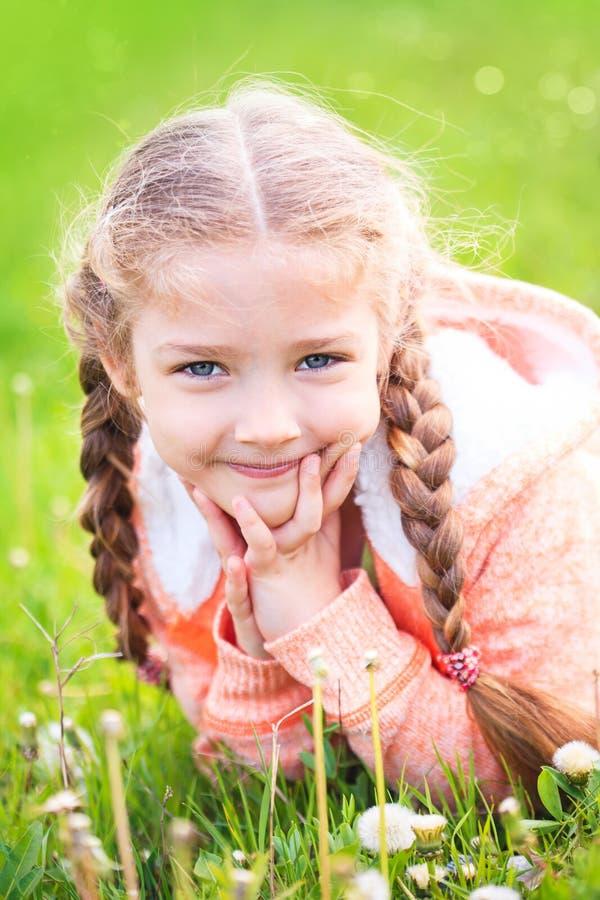 Menina bonito no prado no dia de verão foto de stock