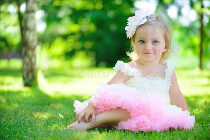 Menina bonito no tutu no parque imagens de stock